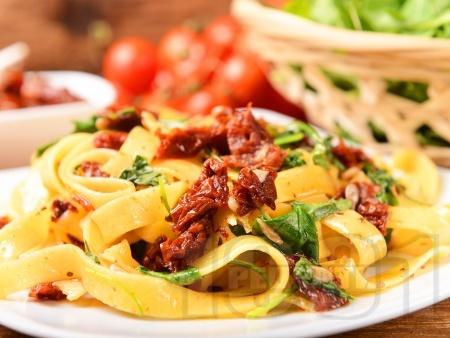 Талятели със зехтин, сушени домати, рукола и слънчоглед - снимка на рецептата